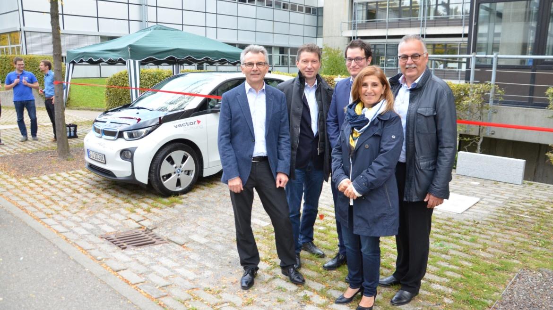 Institutsleiterin Nejila Parspour mit den Stiftern der Vector Stiftung bei der offiziellen Einweihung des ersten induktiven Parkplatzes am IEW
