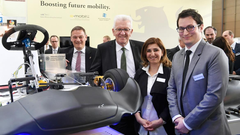 Institutsleiterin Nejila Parspour mit dem Ministerpräsidenten des Landes Baden-Württemberg Winfried Kretschmann und Franz Logan von der e-mobil BW vor dem StudKart