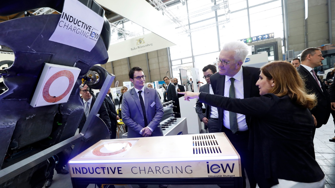 Nejila Parspour shows the new inductive charging system to the country's premier Winfried Kretschmann